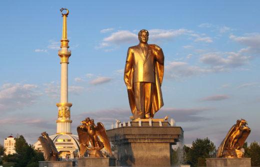 ニヤゾフ前大統領の銅像(Velirina / Shutterstock.com)