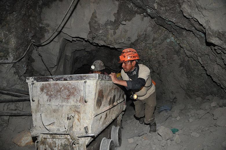 ボリビアの銀鉱山で働く人々