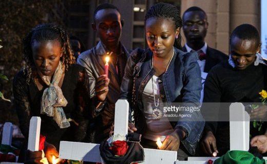 事件の被害者を追悼する人々