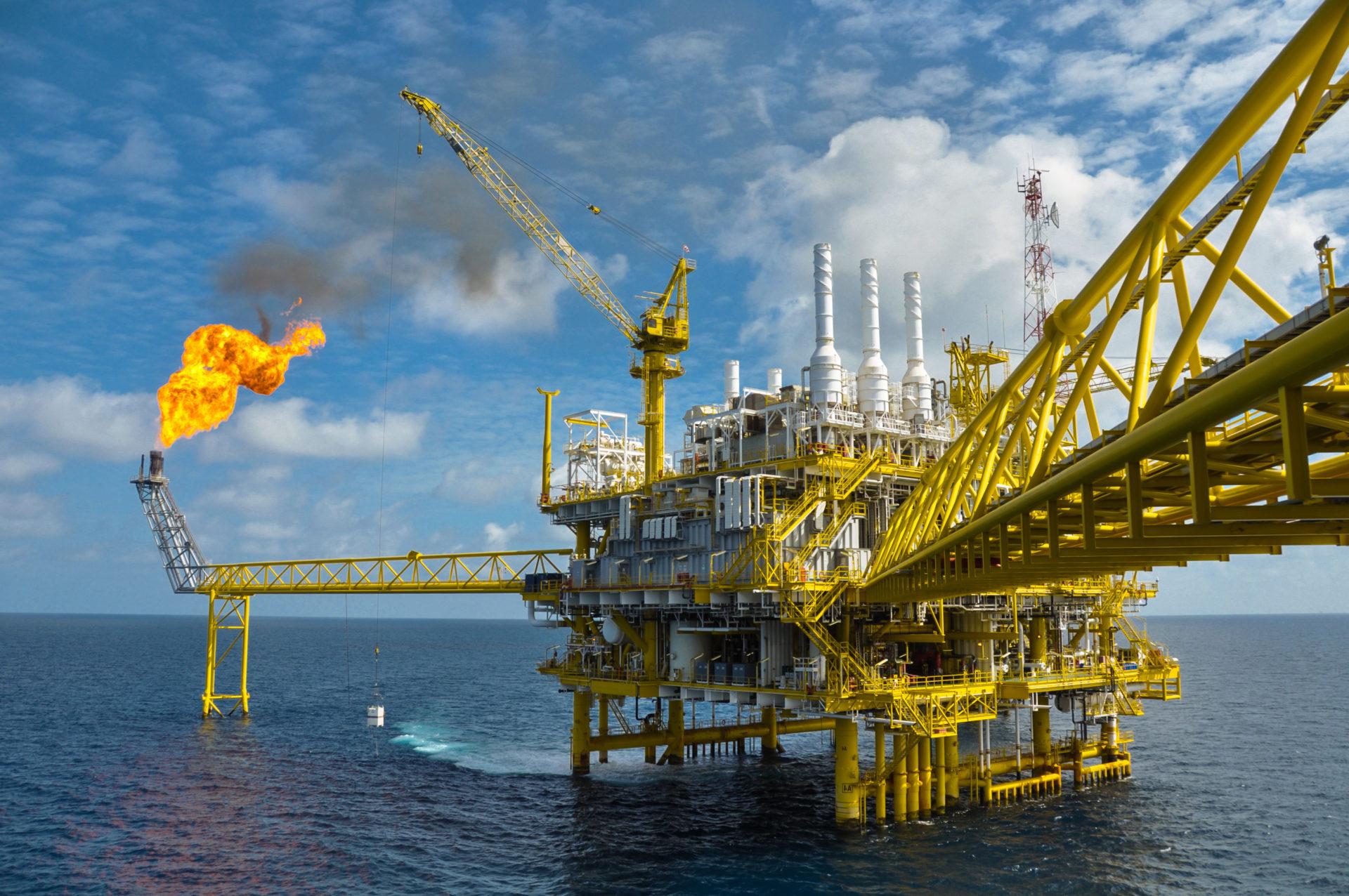不法資本流出が多く報告されている石油業界 写真:curraheeshutter/ Shutterstock.com