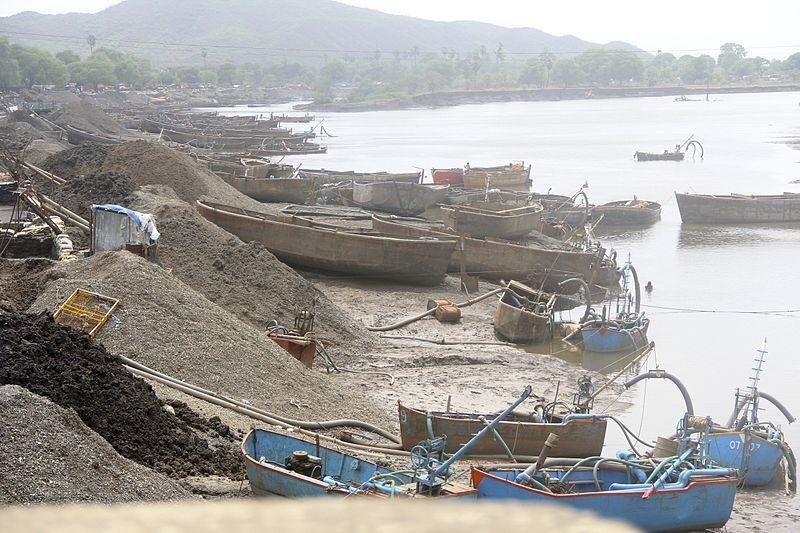 砂の採取 (インド:ムンバイ、2012年)