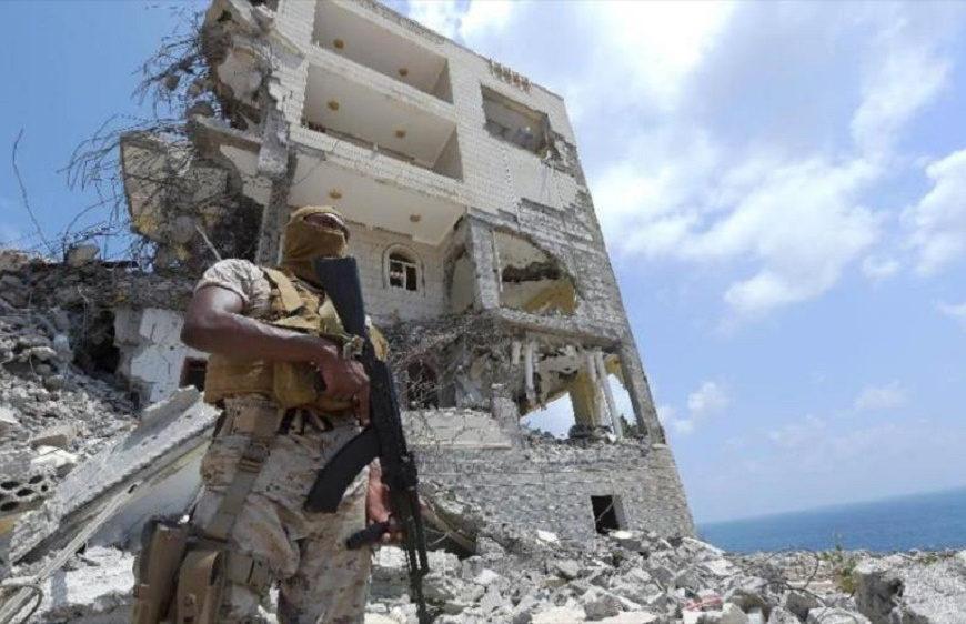 イエメンの破壊された街に立つサウジ軍の男(イエメン)