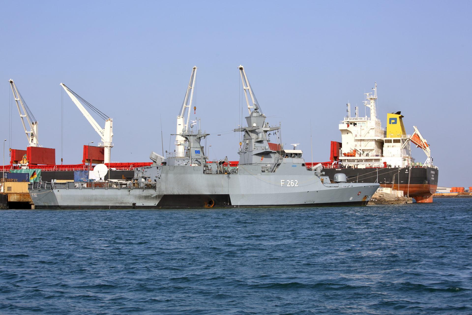 ジブチの港に浮かぶEU軍艦