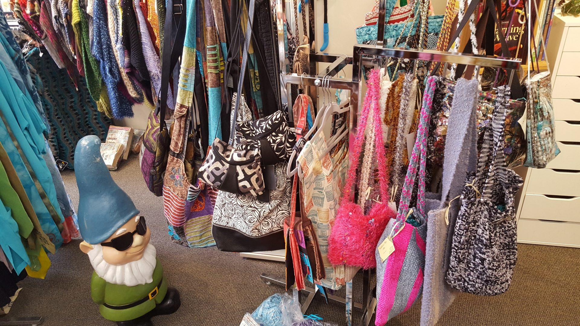 ニューヨークのフェアトレードショップで販売されている服飾品