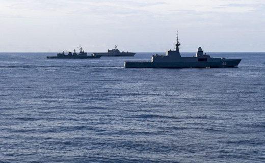 南シナ海海上で訓練を行う軍艦