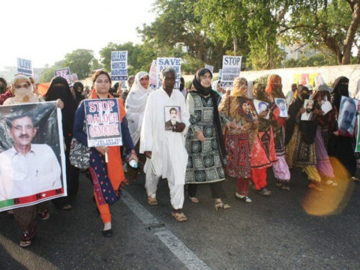 抗議する人々