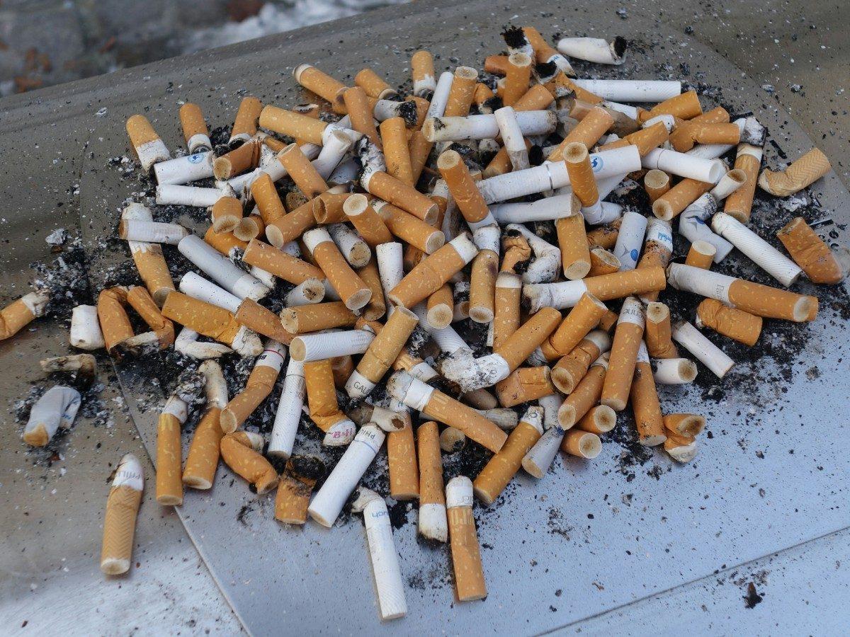 大量の使用済みたばこ
