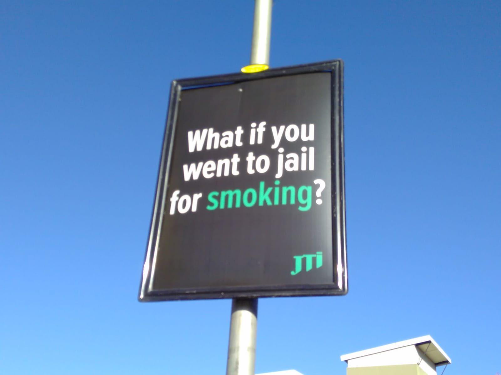 南アフリカのたばこ規制法強化に反対するJTインターナショナルの看板「喫煙して刑務所行きになったらどうする?」