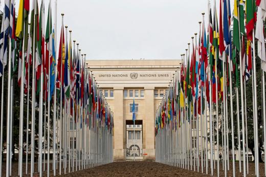 各国の旗が並ぶジュネーブ国連本部