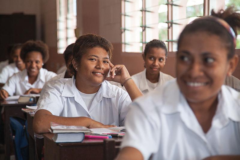 学校で勉強する生徒たち
