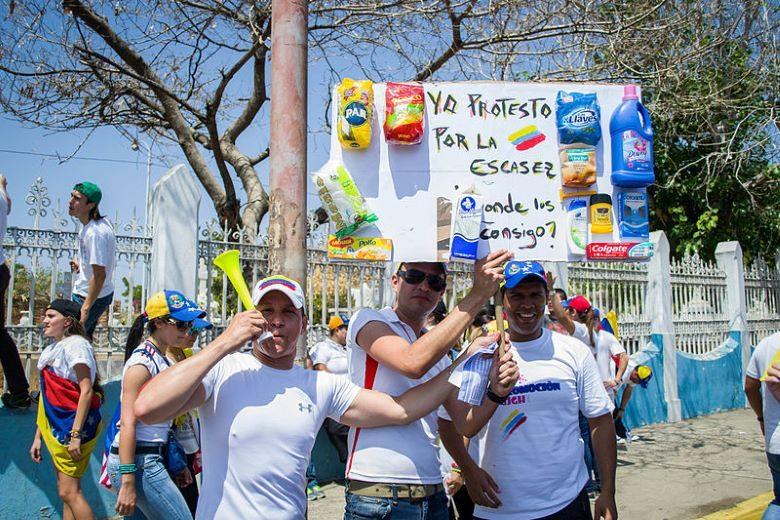 生活物資の不足を訴えるベネズエラの人々