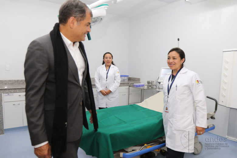 クリニックを訪れるラファエル・コレア元大統領 (写真:Agencia de Noticias ANDES / Wikimedia [CC BY-SA 2.0])