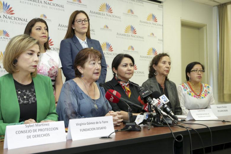 2019年の法改正案に対して記者会見を行う女性活動家たち (写真:Asamblea Nacional del Ecua / Flickr [CC BY-SA 2.0])