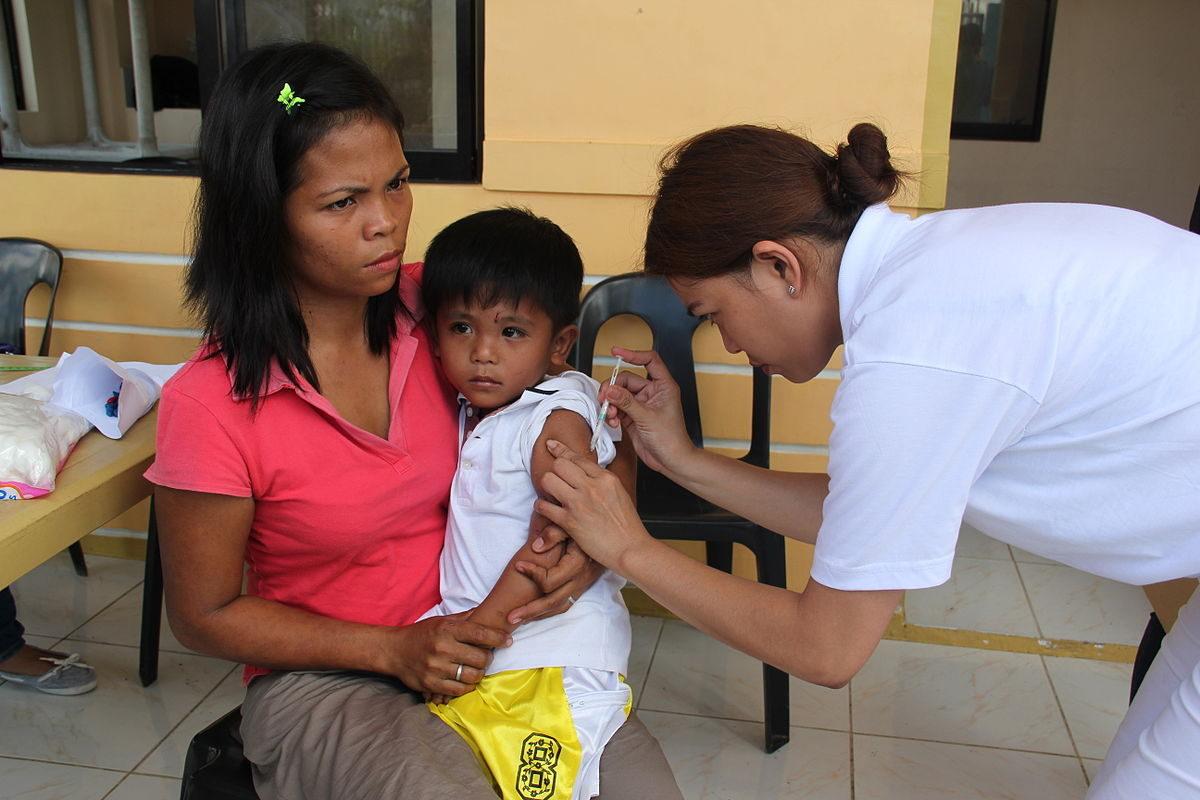 フィリピンにて、台風のあとワクチンを受ける子ども