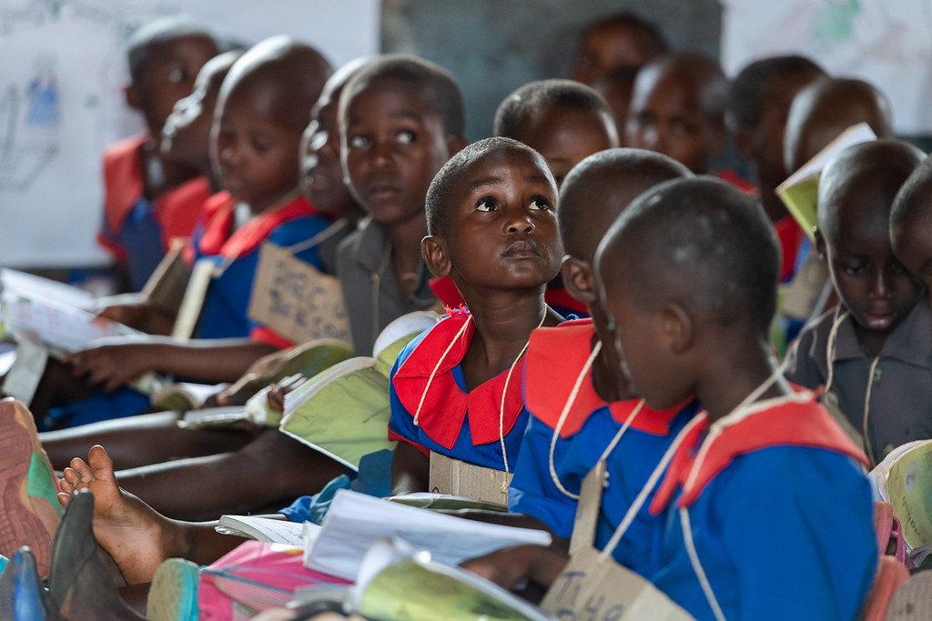 教育を受けるアフリカの子どもたち