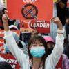 ミャンマーの軍事クーデターに対するデモ活動に参加する人々
