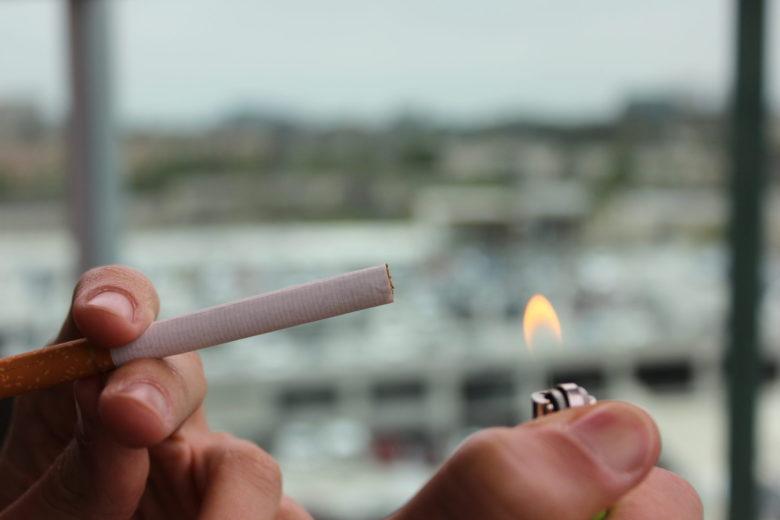 たばこに火をつける人